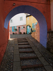 The Colours of Portmeirion (Tom Dauben) Tags: blue red white yellow wales architecture arch turquoise steps multicoloured olympus portmeirion colourful snowdonia visitor touristattraction italianate e500 minffordd 1442 cloughwilliamellis f35buildings