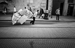 hauling (gato-gato-gato) Tags: street leica city bw white black blanco digital turkey person flickr strasse urlaub trkiye negro streetphotography pedestrian rangefinder istanbul trkei human stadt april weiss ferien manualfocus schwarz sultanahmet onthestreets passant m9 mensch bosporus fussgnger manualmode strase manuellerfokus gatogatogato fusgnger leicam9 leicaelmaritm28mmf28asph april2012 gatogatogatoch wwwgatogatogatoch