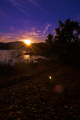 Sunrise in backlight (sunflare) (Rodnei Reis Fotografia Sacramento/MG/BR) Tags: lake mountains backlight rural contraluz landscape lago twilight purple dusk paisagem amanhecer montanhas sunflare crepsculo darktable