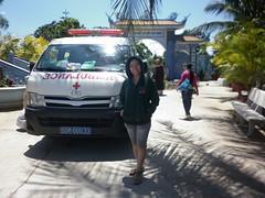 ĐD THẢO ĐỨNG TRƯỚC XE CẤP CỨU BV (giangphuc1961@yahoo.com.vn) Tags: ea rbin xã lăk huyện đăklak tỉnh