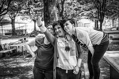 Lezione di Selfie (auredeso) Tags: grigliata bn bianco nero black white selfie nikon d7100 cellulare mobile