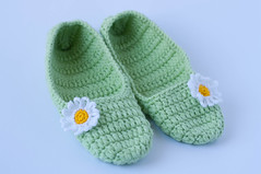 Slippers with a daisy flower (Alla Pimm) Tags: flower socks comfortable soft sandals petal houseshoes indoorshoes acrylicyarn crochetslippers womenslippers yarnslippers crochetcreation hookedhouse crochetwomenslippers