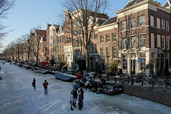 Egelantiersgracht - Amsterdam (Netherlands) (Meteorry) Tags: winter holland ice netherlands amsterdam canal europe iamsterdam hiver skating nederland facades february paysbas glace jordaan 2012 patinage noordholland gracht ijs schaatsen egelantiersgracht stadsarchief meteorry coldwave grandfroid patinoir koudegolf