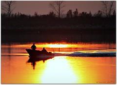 ...al calar del sole! (erman_53fotoclik) Tags: silhouette barca tramonto riflesso profili contrluce