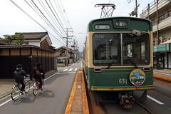 Very narrow platform (Teruhide Tomori) Tags: station japan train kyoto 京都 日本 randen yamanouchi 路面電車 嵐電 tramrailway narrowplatform