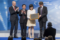 Dr. Wing Yee Winnie Lam receives the Young Researcher of the Year Award from Andreas Scheuer, Zhenglin Feng and Michael Kloth at the Annual Summit in Leipzig
