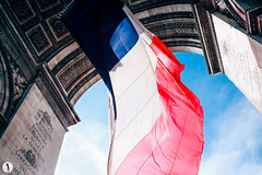 8 Mai, Arc de Triomphe (Marie-Paola Bertrand-Hillion) Tags: paris france arcdetriomphe victoryday frenchflag bleublancrouge 8mai drapeaufranais