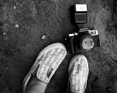 brincando de sombras! (TatianeRicordi) Tags: white black textura branco sombra pb preto converse vans lente reflexo yashica pretobranco