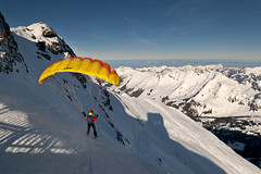 Fly Away (PhiiiiiiiL) Tags: schnee panorama mountain snow ski alps schweiz switzerland fly nikon swiss away du des glacier berge alpen paraglider 3000 col skifahren diablerets gleitschirm d300 pillon