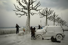 Flash-Freeze (AincaArt) Tags: auto people ice car vent schweiz switzerland suisse wind voiture quay eis quai glace lakegeneva versoix lacléman genfersee bise flashfreeze mungga nikond7000 bisenoir aincaart