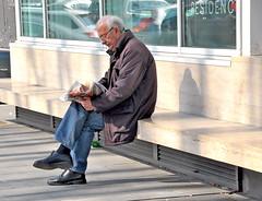Nuovo mercato di testaccio:   la lettura del quotidiano (giannidedom ( the Cropman)) Tags: di mercato testaccio
