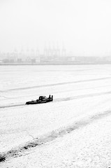 Chill'n (andersdenkend) Tags: city winter blackandwhite bw white cold ice fog river boat frozen background hamburg tracks spuren minimal depthoffield cranes tug elbe krne eisschollen nikkor50mmf12 schollen nikond700