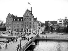 Murnska Badhuset (Lnsmuseet Gvleborg) Tags: bridge people blackandwhite bw vintage bath sweden folk gvle bro spa 1920 svartvitt gstrikland badhus murnska bassngbad badinrttning
