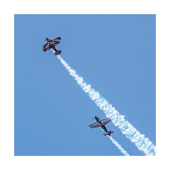 Pitts & Extra 260 (Tnio) Tags: flying spirit meeting airshow ciel nuage extra 260 pitts arien voltige biscarrosse fum biplan