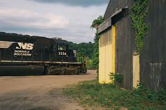 NS 3334 in Donora (rpantaleo) Tags: train us unitedstates pennsylvania norfolksouthern monvalley donora vsco