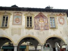 Orta San Giulio (No) -- Palazzo della Comunit. (frank28883) Tags: palazzo ortasee novara lakeoforta stemmi cusio arcate ortasangiulio ortalake lacdorta