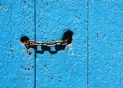 Blue door and chain (Manel E.) Tags: bagà portes slidescan urbanfragments chain old wood blue azul blau flickraward flickraward5 flickrawardgallery fujiprovia100f minimalism madera fusta cadena colourartaward artlegacy uf colors