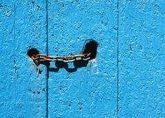 Blue door and chain (Manel E.) Tags: bagà portes slidescan urbanfragments chain old wood blue azul blau flickraward flickraward5 flickrawardgallery fujiprovia100f minimalism madera fusta cadena colourartaward artlegacy uf colors