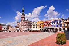 Zamosc - Great Market Square (Qba from Poland) Tags: city flowers blue sky clouds cityhall poland polska oldtown qba tenements marketsquare staremiasto zamo zamosc greatmarketsquare qbafrompoland