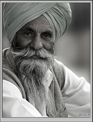sikh portrait (paolo paccagnella) Tags: canoneos400d lenssigma portrait sik bw ritratto phpph photo paolo phpph2012 phpphotography ritrattoambientato shave bn blackandwhite grey eyes phpphotographycom phpph© biancoenero blackwhitemasterphotos photowhiteandblack wwwphpphotographycom photoinbw smile look camera