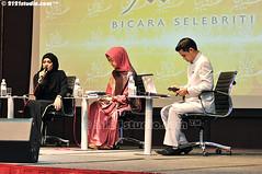 Bicara Selebriti (2121studio) Tags: muslimah jawa anggun kelantan tudung cantik solehah kotabaharu gadis kerudung islamicattire busanamuslimah muslimahfashion okisetianadewi kelantantradecentre melukispelangi bicaraselebriti mencaripelangi bukucahayadiatascahaya fesyenwanitaislam