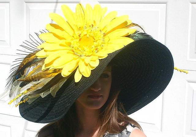 KENTUCKY DERBY Hat with Yellow Daisy