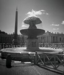 La fumata bianca della fontana in San Pietro (lefotodiannae) Tags: roma san italia nuvola e una come piazza acqua obelisco fontana bernini bianco nero pietro fumata egiziano lefotodiannae