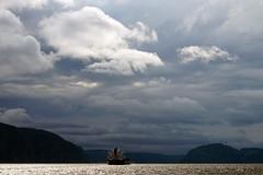 Bateau dans la tourmente (Vero Tanguay) Tags: ciel fjord nuages bateau paysage fjorddusaguenay parcmarin