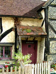Knapp's Cottage, Shere, Surrey, England (Amethinah) Tags: door uk greatbritain england unitedkingdom cottage surrey reddoor portal halftimbered 2007 picketfence shere knappscottage