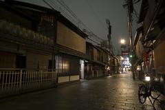 Gion (Gorka Zarate) Tags: street night landscape lights luces noche calle madera nikon bicicleta paisaje reflejo gion wodden tranquilidad d7100
