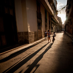 Cuba 15:  Puesta del Sol (Habana Vieja) (PetterPhoto) Tags: street sunset shadow mars kids photography nikon long shadows havana cuba vieja nikkor habana desember barrio 2012 ninos puestadelsol 1024 oldhavana d300s petterphoto