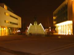 Plein '92 . . . (willem_huwae) Tags: canon maastricht nacht plein 92 gebouw symmetrie verlichting vesteda hoeg img0135 willemhuwae brugk