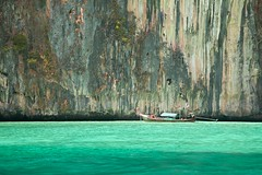 Koh Phi-Phi (camelos) Tags: sea rock thailand boat kohphiphi