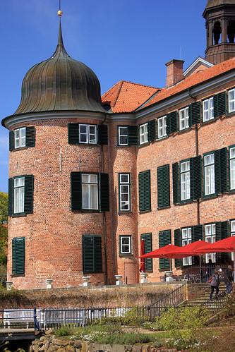 "Eutiner Schloss (15) Gartenfassade mit Eckturm • <a style=""font-size:0.8em;"" href=""http://www.flickr.com/photos/69570948@N04/26261591803/"" target=""_blank"">View on Flickr</a>"