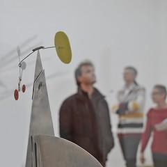 menschen mit mobile (bleibt fr dich) Tags: mobile museum angle kunst denhaag alexandercalder blickwinkel betrachtung ansichtssache kwadratisch geementemuseum