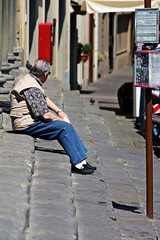 L'attesa (Kalos eidos) Tags: people man sitting steps uomo sit sat seated hombre esperar gradini sentados seduto attending peldaos attendere streetpassionaward
