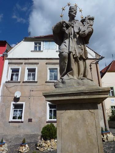 XVIII wieczna figura św. Nepomucena na Placu Wolności w Lubomierzu