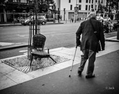 broken - bris (Jack_from_Paris) Tags: r0001805bw ricoh gr apsc capture nx2 lr monochrom noiretblanc street paris fauteuil accoudoirs cass bris jambe pied bquille homme man mail