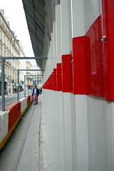Red, pointing down the street - Paris, 9th arr (Monceau) Tags: street red vanishingpoint line pointing redandwhite