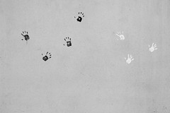 Black And White (C_MC_FL) Tags: blackandwhite bw art wall contrast canon germany munich mnchen deutschland photography eos graffiti blackwhite fotografie hand wand kunst negativespace sw copyspace minimalism simple tamron kontrast handprint minimalistic mauer schwarzweis minimalistisch handabdruck 18270 60d b008