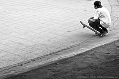 1418 (Gian Franco Costa Albertini) Tags: park parque boy bw white man black kid board bn skate skateboard chico niño hombre tabla