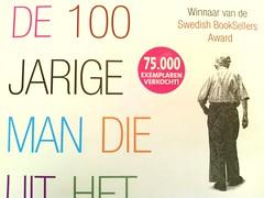 De 100 jarige man die uit het raam klom en ver...