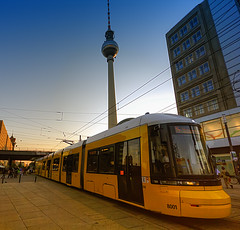 7713_F (Berlin, Alexanderplatz) (Rafelot) Tags: berlin tower yellow canon germany tren europa europe tram alemania groc tranvia comunication strasenbahn eixidetes rafelot amicsdelacamera afsueca afcastello deviais decostaet tortet detarus