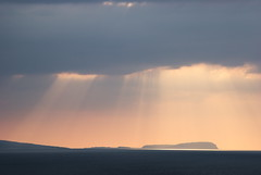 A' dol fodha na grinne air clthaobh Eilean Canaigh (Mrtainn) Tags: sunset skye scotland highlands zonsondergang tramonto sonnenuntergang isleofskye alba escocia naplemente alban szkocja canna coucherdesoleil esccia solnedgang schottland crepsculo solnedgng schotland puestadelsol ecosse gnbatm solpor auringonlasku scozia sleat skottland skotlanti skotland zachdsoca kuzhheol broskos sunsubiro slsetur zpad tarskavaig esccia anteileansgitheanach skcia  albain saulriets  ilunsenti  iskoya sgitheanach   slite gidhealtachd eileansgitheanach tarscabhaig scoia  machludhau canaigh adolfodhanagrinne