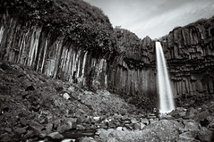 Svartifoss, la Cascada Negra. (David Andrade 77) Tags: bw waterfall iceland islandia cascada skaftafell monocolor svartifoss monocromtico basalto