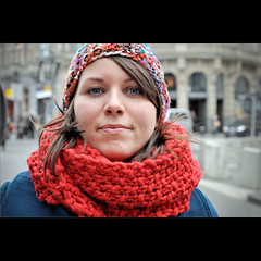 Wrapped woman (Frank van de Loo) Tags: winter portrait woman cold scarf de donna vinter mujer eyes belgium belgique retrato hiver femme belgi streetportrait ciudad olhos yeux occhi cap ojos invierno antwerp knits ogen augen frau bonnet portret inverno ritratto fresco froid mtze vrouw antwerpen fru amberes anvers flanders muts kou belgien belgio kappe esposa blgica sjaal klte moglie flandria femal anversa chal vlaanderen portrtt schal chle provincie flandre bonete barett flandes cappuccio scialle bildnis xale dsc3827 straatportret meirbrug hustru birreta pleasenonotesonmypictures