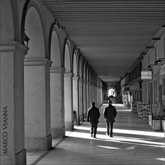 Arcades la Bisbal (m@®©ãǿ►ðȅtǭǹȁðǿr◄©) Tags: bw españa blancoynegro monocromo olympus girona catalunya baixempordà labisbaldempordà epl1 m®©ãǿ►ðȅtǭǹȁðǿr◄© marcovianna zuikoed14÷42mmf35÷56 arcadescafés arcadeslabisbal