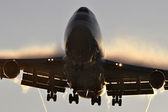 [06:49] CX0007 HKG-DEL-LHR (A380spotter) Tags: wake shockwave cloud condensation moisture water vapour approach landing arrival finals shortfinals boeing 747 400bcf bcf boeingconvertedfreighter specialfreighter p2f passengertofreight conversion bhkh 9vsmh cathaypacificairways cathaypacificcargo cpa cx cx0007 hkgdellhr runway27l 27l london heathrow egll lhr