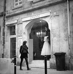 Sueos de princesa (no sabemos cmo llamarnos) Tags: street city people france monochrome candid bordeaux strangers streetphotography monocromtico robado
