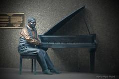 Oscar Peterson ... ( P-A) Tags: bronze montral photos piano hommage matre artiste spectacle pianiste gnie rythme oscarpeterson compositeur photourbaine simpa gantdelamusique cnaottawaon